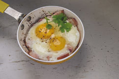 Dos huevos fritos en un sartén Fotos de archivo