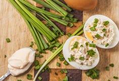 Dos huevos hervidos con mayonesa en tabla de cortar Fotografía de archivo libre de regalías