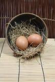 Huevos en cuenco fotos de archivo