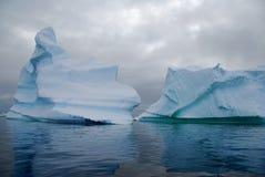 Dos icebergs antárticos Imagen de archivo libre de regalías