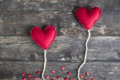 Dos iconos rojos de los corazones de amor y de día del ` s de la tarjeta del día de San Valentín imágenes de archivo libres de regalías