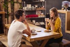 Dos inconformistas sonrientes que beben el café foto de archivo libre de regalías