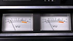 Dos indicadores análogos viejos de la señal del vu del dial con la flecha almacen de video