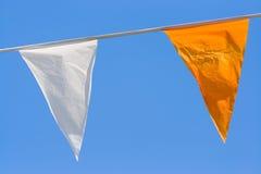 Dos indicadores coloridos en el cielo azul foto de archivo