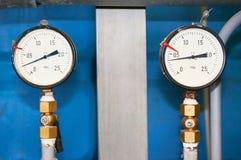 Dos indicadores de presión que muestran el primer de la presión Foto de archivo