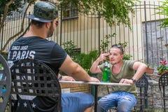 Dos individuos albaneses de la mafia están hablando matando alguien foto de archivo