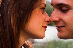 Dos individuos de los amantes van a besarse Imagen de archivo libre de regalías