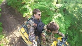Dos individuos en paseo del patio a través del bosque almacen de video