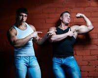 Dos individuos musculares Fotos de archivo libres de regalías