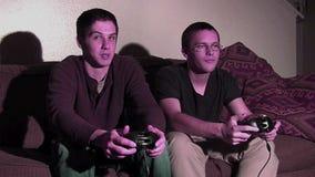 Dos individuos que juegan a juegos metrajes