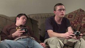 Dos individuos que juegan a juegos almacen de metraje de vídeo