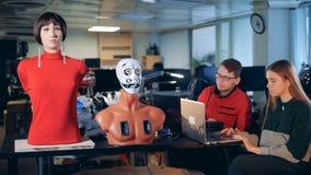 Dos ingenieros que controlan los robots, cierre para arriba metrajes