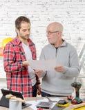 Dos ingenieros que leen un plan en oficina fotografía de archivo