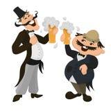 Dos ingleses felices que beben la cerveza en un pub tradicional británico Imagen de archivo