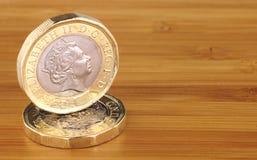 Dos ingleses monedas de una libra imagen de archivo