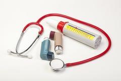 Dos inhaladores del asma con un metro de flujo de la ojeada en blanco Imagenes de archivo