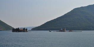 Dos islas en el meadle de la bahía fotografía de archivo libre de regalías
