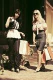 Dos jóvenes forman a mujeres con los panieres en la alameda Fotografía de archivo