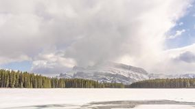 Dos Jack Lake Banff Alberta almacen de video