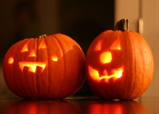 Dos Jack-O-linternas de Halloween que brillan intensamente de dentro foto de archivo libre de regalías