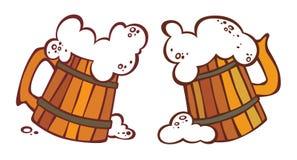Dos jarras de cerveza con una cerveza Imágenes de archivo libres de regalías