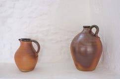 Dos jarros marrones de la cerámica Imagenes de archivo