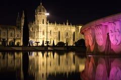 DOS Jeronimos di Monasteiro alla notte.  Lisbona. Il Portogallo immagine stock libera da diritti