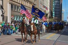 Dos jinetes en el desfile de San Patricio Foto de archivo libre de regalías