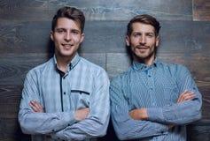 Dos jovenes sirve imagen de archivo