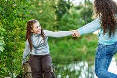 Dos jovenes y muchachas hermosas en las barandillas Imágenes de archivo libres de regalías