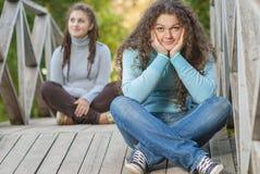 Dos jovenes y muchachas hermosas en las barandillas Imagenes de archivo