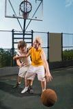 Dos jugadores adolescentes con baloncesto Fotos de archivo libres de regalías