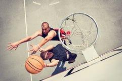 Dos jugadores de básquet en la corte