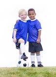 Dos jugadores de fútbol jovenes diversos en el fondo blanco Imagen de archivo