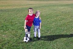 Dos jugadores de fútbol jovenes en el campo Foto de archivo