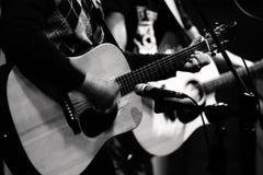 Dos jugadores de la guitarra acústica en etapa imagen de archivo libre de regalías