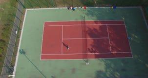 Dos jugadores de tenis en la corte Reunión larga Silueta del hombre de negocios Cowering almacen de metraje de vídeo