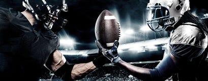 Dos jugadores del deportista del fútbol americano en estadio Concepto del deporte imagenes de archivo