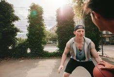 Dos jugadores del streetball en la cancha de básquet Imagen de archivo