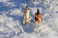 Dos juguetes antiguos del árbol de navidad en nieve del invierno Imágenes de archivo libres de regalías