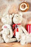 Dos juguetes del oso de peluche del abarcamiento que se sientan en ventana-travesaño Imagen de archivo
