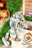 Dos juguetes del oso de peluche del abarcamiento que se sientan en ventana-travesaño Fotos de archivo libres de regalías