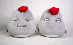 Dos juguetes lindos de la felpa del pollo Foto de archivo
