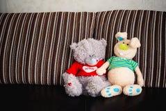 Dos juguetes, osos y conejos suaves Foto de archivo