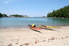 Dos kajaks en la playa Fotografía de archivo