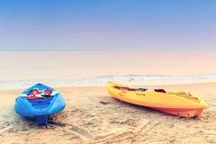 Dos kajaks en la playa temprano por la mañana Fotografía de archivo libre de regalías