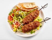 Dos kebabs picantes sabrosos del cordero de Adana del turco imagenes de archivo