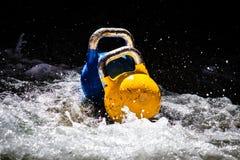 Dos Kettlebells en el agua Imagenes de archivo