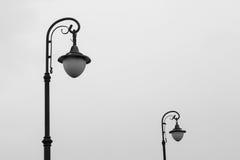 Dos lámparas de calle en fondo del cielo nublado Imagenes de archivo