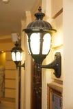 Dos lámparas de pared de la calle del vintage en ciudad Fotos de archivo